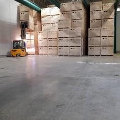 Disposition des caisses en bois dans l'entrepôt des airbags