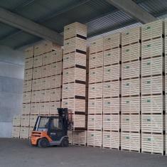 Holzkisten für die Lagerung mit der Möglichkeit der Hochlagerung