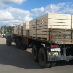 remorque pleine de caisses en bois